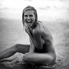 """Heidi Klum has posted a new nude selfie (above), with the caption, """"Photo blast from the past: Splitternackt!,"""" the latter part of which basically means """"completely naked"""" in German. Heidi Klum, Nude Photography, Black And White Photography, Fashion Photography, Gq, Estelle Lefébure, Nature Beach, Natalia Vodianova, Male Model"""