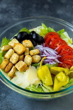 Olive Garden Salad Recipe - Dinner at the Zoo Greek Salad Recipes, Cucumber Recipes, Salad Dressing Recipes, Healthy Salad Recipes, Healthy Eats, Olive Garden Salad, Olive Garden Recipes, Olive Garden Appetizers, Salad Places