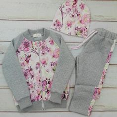The photo The clothing culture is quite old. Baby Outfits, Retro Outfits, Little Girl Dresses, Kids Outfits, Girls Dresses, Cute Outfits, Girls Tracksuit, Baby Sewing, Baby Dress