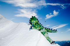Schon gehört? Es ist kein Yeti, nein, auf dem Untersberg ist ein kleiner Drache unterwegs. Er spielt gerne im Schnee, baut sich eine Höhle oder klettert über Salzburg. Darth Vader, Salzburg, Statue Of Liberty, Sci Fi, Travel, Pictures, Little Dragon, Cuddle, Dragons