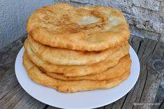 Langoși ungurești rețeta tradițională pas cu pas. Rețeta tradițională ungurească de langoși pufoși simpli, prăjiți în mod tradițional în baie de ulei. Langoși cu smântână și cașcaval, cu usturoi sau simpli, cu sare. Unii le spun scovergi (scoverzi), alții le zic plăcinte prăjite. Cea mai simplă rețetă de Donut Recipes, Sweets Recipes, Cookie Recipes, Romanian Food, Romanian Desserts, Delicious Desserts, Yummy Food, Puff Pastry Recipes, Eclair