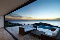 """Mit einem fantastischen Ausblick auf den klaren Horizont des Mittelmeeres kommt das """"AA House"""" in Almería/Spanien daher, welches von den MVN Arquitectos aus Madrid konzipiert wurde. Schlichtes Design, alles auf's Maximum reduziert, Treppen ohne Geländer und an der Wasserseite Fenster und Glastüren, die bis zum Boden gehen und teilweise aufschiebbar sind, um auf der mittleren Ebene den Weg zur riesigen... Weiterlesen"""