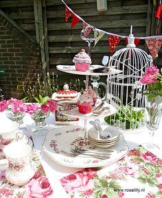 High Tea Servies huren kan ook in een kleurenthema. Dit is een voorbeeld van servies in rood en pink.