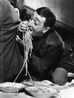 Toto loves his spaghetti – Pizza Ma Pizza, Pizza E Pasta, Centro Fitness, Italian People, Italian Women, Line Friends, People Eating, Italian Artist, Black And White Pictures
