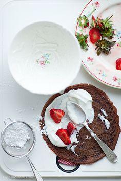 Crepes al Cioccolato LEGGI LA RICETTA > http://www.dolciricette.org/2013/10/crepes-impasto-al-cioccolato.html #truskawka, #strawberry