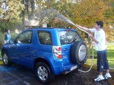 Siempre a la sombra!   - Los mejor es lavar el auto a menudo, para evitar de este modo el deterioro de la pintura.    - Si el auto se encuentra muy sucio o con mucha tierra o polvo, no intentar limpiarlo con un paño seco    - Para lavarlo, nada mejor que abundante agua y con un paño, esponja o cepillo de cerdas muy suaves. Podemos dejar el agua unos momentos para que se ablande la suciedad antes de pasar el trapo o cepillo.   comenzar con la carrocería, de arriba hacia abajo.