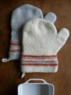 Prepare for your Thanksgiving feast with this free oven mitt pattern. Get ready to bake up a storm with this easy knitting pattern for Felted Thanksgiving Oven Mitts. Knitting Projects, Crochet Projects, Craft Projects, Craft Ideas, Free Knitting, Knitting Patterns, Knitting Ideas, Knitting Designs, Thanksgiving Projects