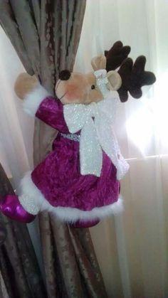 Resultado de imagen para imagenes cortineros navideños Mary Christmas, Christmas Deer, Christmas Stockings, Deer Pattern, Reindeer Craft, All Holidays, Christmas Decorations, Holiday Decor, Homemade Christmas