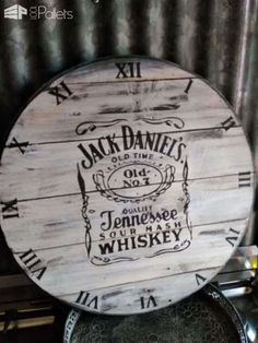 Sour Mash Pallet Clock / Horloge En Palette: My Sour Mash Pallet Clock was a fun project to do. I finished this simple project in two days. Pallet Door, Pallet Clock, Pallet Flag, Pallet Boards, Pallet Home Decor, Diy Pallet Projects, Easy Projects, 1001 Pallets, Recycled Pallets