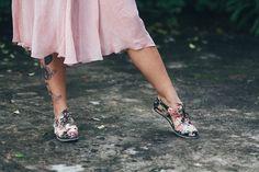 Nossas palmilhas são em formato colmeia e acolchoadas com espuma. Os calcanhares possuem uma camada extra de espuma, e as solas são de borracha reciclada, super maleável e molinha. É pra pisar nas nuvens mesmo.  > Calce o seu: http://insecta.shoes/conforto_besouro #hotshoes #forsale #ilike #shoeslover #like4lik #shoes #niceshoes #sportshoes #hotshoes