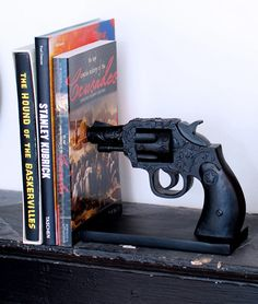 Wild West Gun Bookends - wouldn't be too hard to do with toy guns - spray paint them black, weight them a little and mount them. Gadgets, Up House, Burke Decor, Deco Design, Reading Material, Home And Deco, Wild West, Alter, My Dream Home