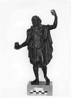 6. Sucellus aus Arc-sur-Tille, St Germain en Laye, paenula