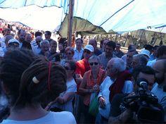 """Fecha: 12/6/11. Hora: 12.15. Tuit original: """"Gente discutiendo sobre la #acampadaSol""""."""