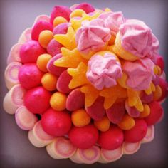 Tarta de Chuches en rosa y amarillo Chocolates, Time To Eat, Candy Party, Candy Gifts, Marshmallows, Fondant, Fruit, Cooking, Sweet