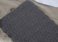 Halager: DIY - Hæklet håndklæde i zigzagmønster Crochet Towel, Knit Crochet, Loop Knot, Crochet Placemats, Needle And Thread, Pot Holders, Knitted Hats, Free Pattern, Homemade