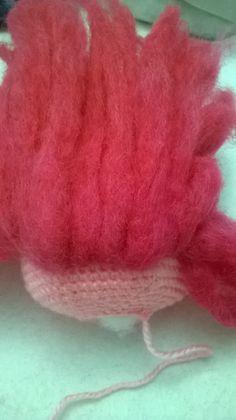 TUTORIAL PARA COLOCAR EL PELO  Se van cogiendo tiras de lana de fieltro, más largas en la parte de atrás. Y con hilo de coser del mism...