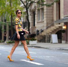 top color blocking lindo e saia preta bem feminina. Finalizado com scarpin colorido e bolsa preta!