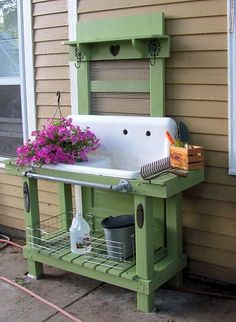 Love this idea! Wish I had an old sink! potting table - ♥ that old sink! Potting Bench With Sink, Pallet Potting Bench, Potting Tables, Rustic Potting Benches, Outdoor Projects, Garden Projects, Pallet Projects, Diy Projects, Outdoor Sinks