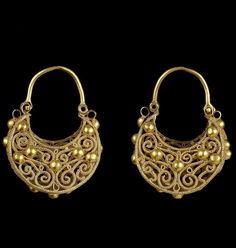 A pair of large Fatimid filigree gold Earrings Egypt or Syria. Medieval Jewelry, Ancient Jewelry, Antique Jewelry, Vintage Jewelry, I Love Jewelry, Gold Jewelry, Jewelery, Jewelry Design, Women Jewelry