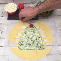 Christmas Spinach Tree, the recipe video by Chefclub. INGREDIENTS 1 puff pastry sheet 6 cups of spinach ricotta cheese cup of grated mozzarella cup of double cream 10 cherry tomatoes 3 eggs Xmas Food, Christmas Desserts, Christmas Tree Food, Puff Pastry Sheets, Antipasto, Cherry Tomatoes, Food Videos, Spinach, Food And Drink
