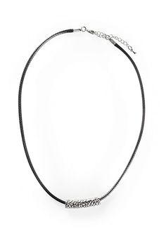 Musta kaulakoru, jossa hopeanvärinen koriste. Kaulakorussa säädettävä lukko.