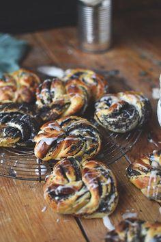 Saftige Mohn-Hefe-Kuchen in Kringelform leicht mit Glasur begossen. Perfekt für alle Mohn-Liebhaber.