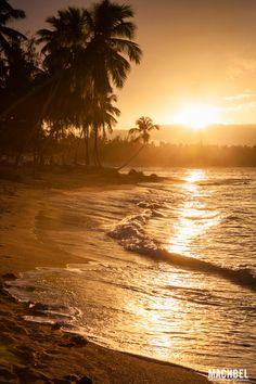 Atardecer caribeño sobre la playa caribe en Samaná República Dominicana by machbel