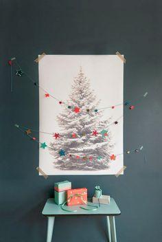 クリスマスシーズンの結婚式の時にお薦め モミの木を描き、ゲストにサインをして頂きゲストブック代わりにしては如何ですか?