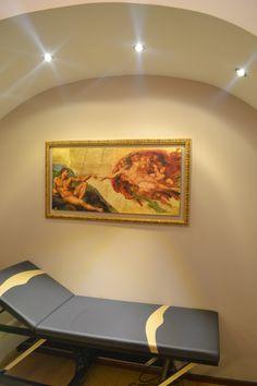 Κρεβάτι εξέτασης στο ιδιωτικό ιατρείο του νευροχειρουργού, χειρουργού σπονδυλικής στήλης Γεώργιου Δημογέροντα, Νίκου Καζαντζάκη 10, Χαϊδάρι - ΤΚ. 12461