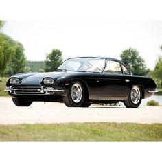 lamborghini 360 gtTras un pequeño enfrentamiento con Enzo Ferrari, Lamborghini se propuso construir el coche perfecto. Este primer modelo del 350 GT fue presentado en el Salón de Ginebra en 1964, y siempre estuvo listo para la carrera, gracias a sus 283 caballos de fuerza y su motor V-12.