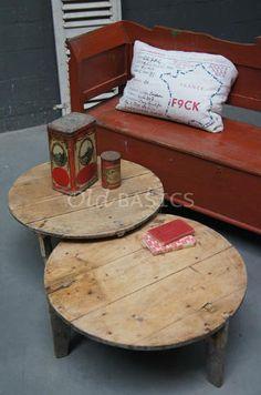 Salontafel 20064 - Origineel oude ronde salontafel. Het hout heeft een prachtige geleefde uitstraling. A: Ø 78x36 cm B: Ø 72x42 cm