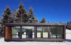 Canadian company HonoMobo specializes in building ultra-green, ultra swanky shipping container homes that can be shipped anywhere in North America. Shipping Container Home Builders, Prefab Container Homes, Building A Container Home, Container Buildings, Container Architecture, Container House Design, Shipping Containers, Sustainable Architecture, Container Home Plans