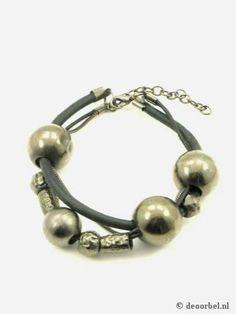 Koordhalsketting met donker metaalkleurige kralen en armband. €8,95