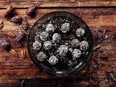Lumihiutalemaisilla kookoshipuilla silatut suklaa-taatelipallot maistuvat kahvin kanssa tai ovat oiva ruokalahja.