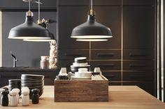 RANARP hanglamp | IKEA IKEAnl IKEAnederland inspiratie wooninspiratie interieur wooninterieur designdroom lamp verlichting zwart klassiek industrieel flexibel keuken woonkamer eetkamer