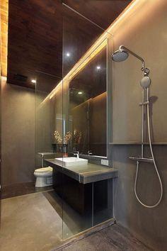 Bad ohne Fliesen -begehbare Dusche mit Glas Trennwand Fliesen am Waschtisch