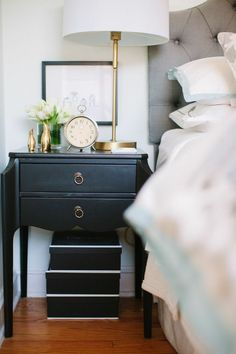 Bedroom design hacks: A great home design tip is to be consistent to how you\'re designing a place. You must select the entire theme for your room to be able to have everything mesh together. Bedside Table Styling, Bedside Table Decor, Bedside Lamp, Desk Lamp, Decoration Ikea, Table Decorations, Home Bedroom, Bedroom Decor, Bedroom Storage