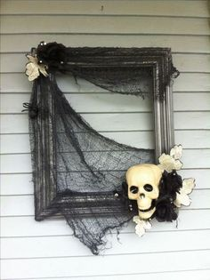 """DIY Halloween Projects: Halloween """"wreath"""" made using and old frame and some dollar store decorations. Photo Halloween, Casa Halloween, Theme Halloween, Homemade Halloween, Halloween Projects, Holidays Halloween, Vintage Halloween, Halloween Wall Decor, Halloween Costumes"""