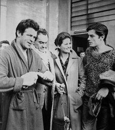 """Renato Salvatori, il regista Luchino Visconti, Claudia Cardinale e Alain Delon sul set di """"Rocco e i suoi fratelli"""", anno 1960."""