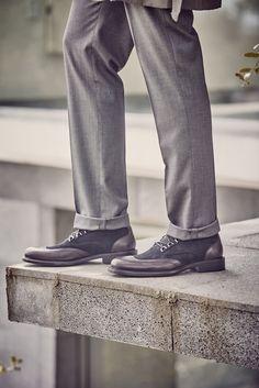 El gris es el color de la temporada. Juega con diferentes tonos y texturas como en este modelo Prada Hombre.