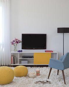 Hoje é dia de chegar em casa se jogar na poltrona e ver um filminho. Um espaço aconchegante e divertido faz TODA a diferença na hora de relaxar principalmente se ele for repleto de cores alegres e vivas  Produtos: - Puff Redondo Maria Bonita Amarelo; - Puff Redondo Xica da Silva Amarelo; - Rack 1.8 BR 33-128 Branco e Amarelo;  #producaomobly #producao #decorating #decoracaodeinteriores #decor #saindodoforno #decorar #instahome #instadecor #instagood #casamobly #noforno #decor…