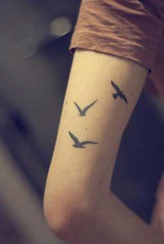 kadın arka kol kuş dövmesi woman arm back bird tattoo