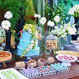 Chá lindo, descontraído e moderno! Decoração @blogrecebercomestilo  Bolo, torta, biscoitos, chocolates e macarrons @annapaula_doceria  #cha #decoracaocha #decoraçãochá #chamoderno #decoracaoblogrecebercomestilo #biscoitos #macarron #macarrons #bolo #cake #flores #chá