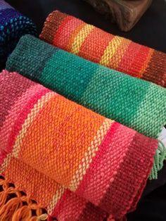 Resultado de imagen para caminos de mesa Weaving Designs, Weaving Projects, Loom Love, Rope Rug, Photo Wall Decor, Textiles, Loom Weaving, Textile Art, Knit Crochet