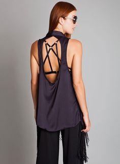 Com a tendência do Strappy Bra, que são as lingeries modernas com tiras que criam um desenho geométrico na pele, a blusa com decote nas costas é uma boa pedida neste Look All Black. Experimente apostas na #trend das franjas para dar movimento a produção.