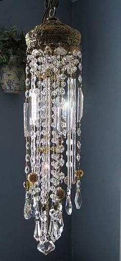Crystal Wind Chimes, Diy Wind Chimes, Glass Wind Chimes, Antique Chandelier, Chandeliers, Chandelier Lighting, Inspiration Artistique, Sun Catcher, Home Lighting