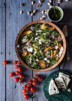 Kana-pastasalaatti   Maku Cookery Books, Palak Paneer, Food Inspiration, Camembert Cheese, Salads, Healthy Recipes, Healthy Food, Chicken, Meat