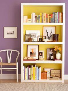 C) Interior colores complementarios, violeta y amarillo.