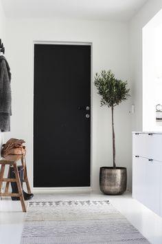 Black Door. Polished Entryway. Elisabeth Heier. Pinned By #MoozaDesigns www.instagram.com/MoozaDeSigns