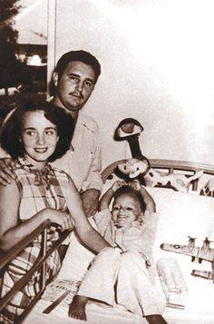 (1952) Fidel y Myrta junto a su hijo Fidelito, recién operado de apendicitis. En…